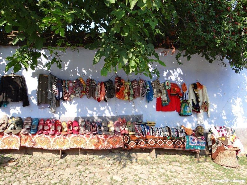 Viscri - papuci din pasla si haine de lana, lucrate manual